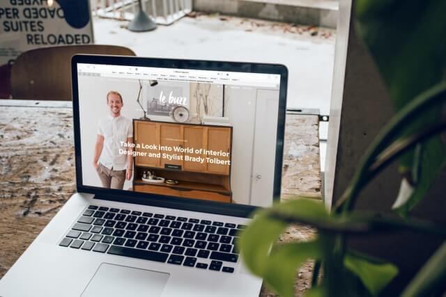 laptop auf dem tisch mit website
